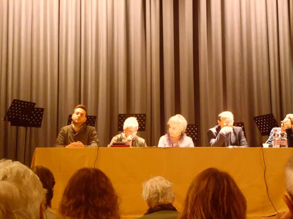 """Ornella Fiorini al tavolo della Giuria mentre legge la poesia vincitrice """"Ch'lì fragolini"""""""